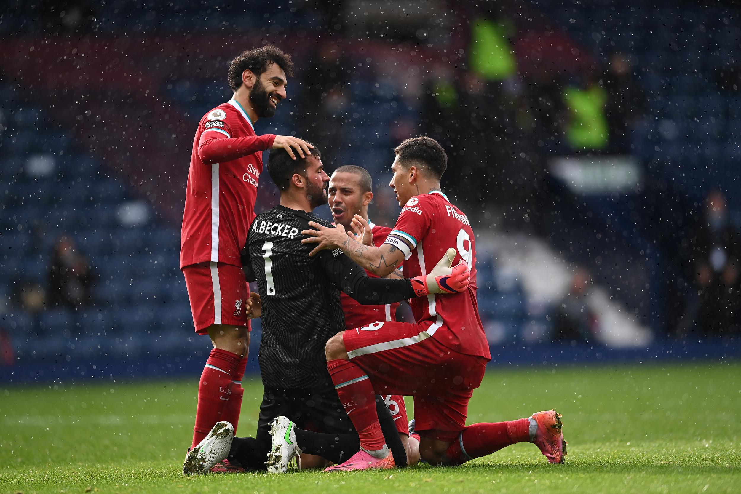 利物浦球员围住阿利松庆祝。