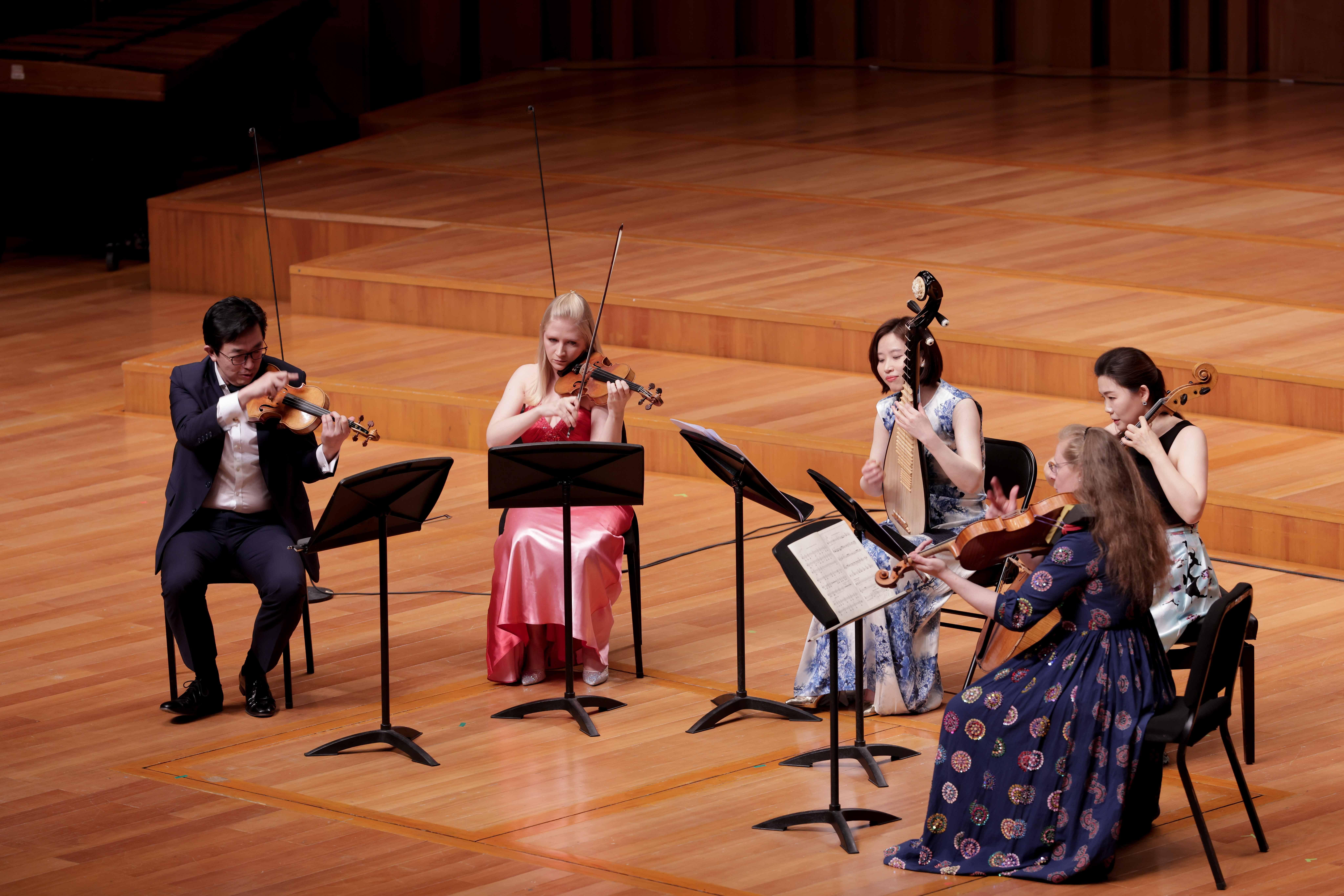 李佳(琵琶)与天津茱莉亚室内乐团演奏谭盾《弦乐四重奏与琵琶》