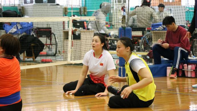 特写 坐着打排球,咱们也是冠军!她是中国残奥女排队长