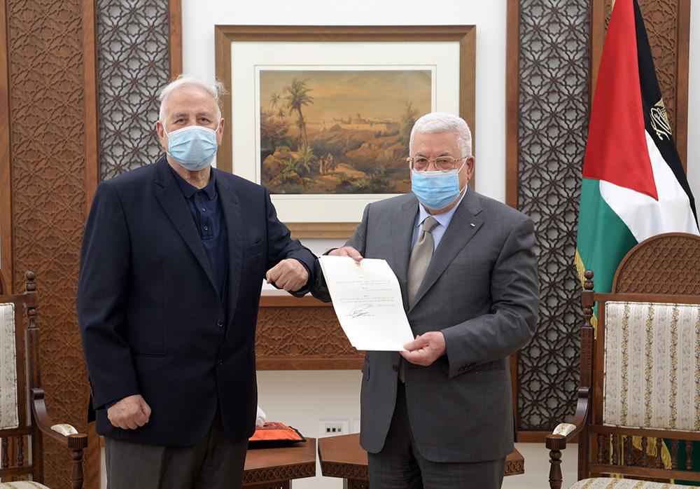 当地时间2021年1月15日,巴勒斯坦总统阿巴斯(右)签署总统令。人民视觉 图