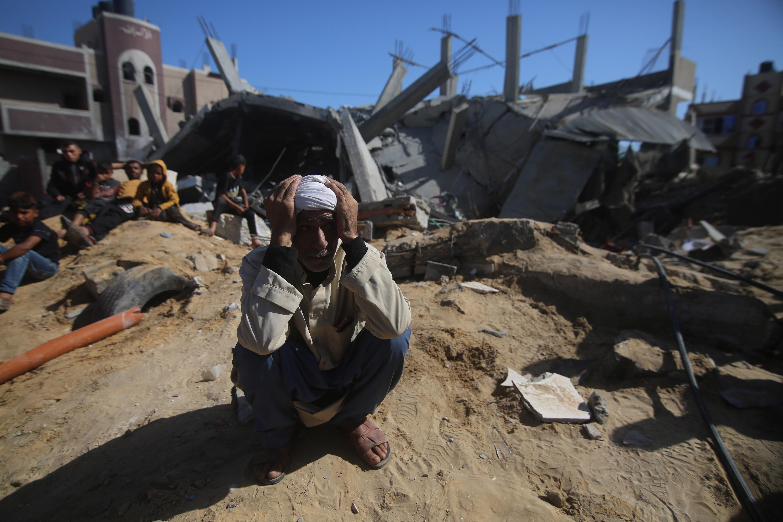 当地时间5月16日,一名巴勒斯坦男子在加沙地带拉法查看一栋在以军空袭中被炸毁的房屋。新华社 图