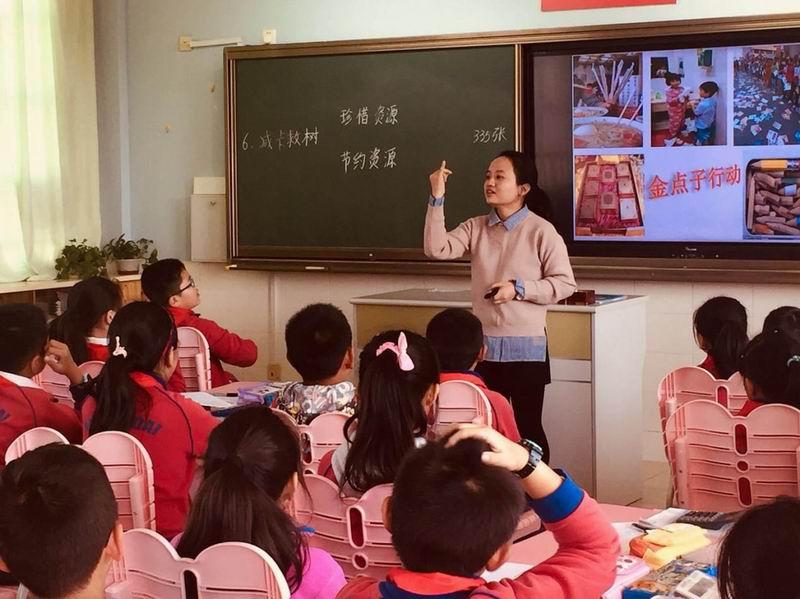 邓曲萍老师为学生授课。