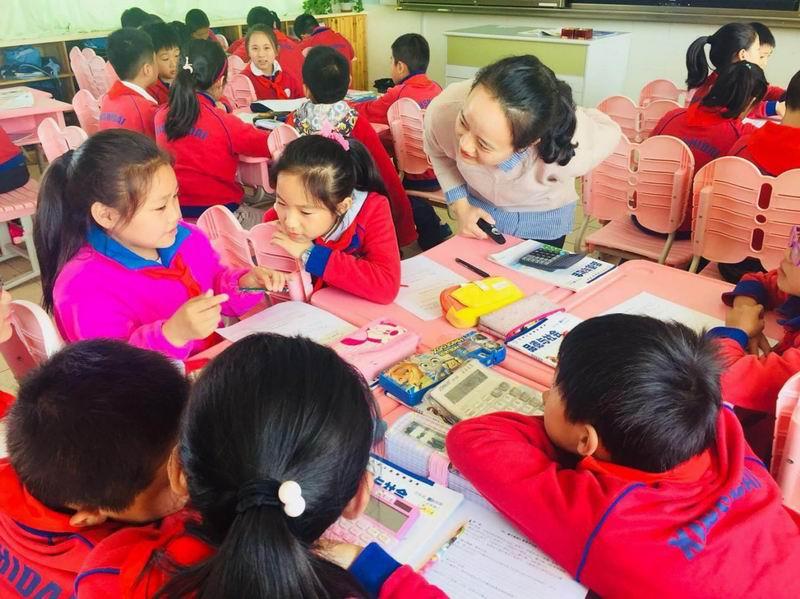 邓曲萍老师在课堂上指导学生。