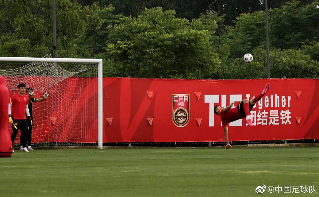 国足球员在训练中上演倒钩。图片来源:@中国足球队