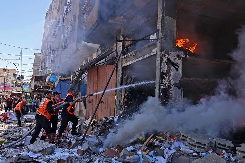 当地时间2021年5月15日,加沙,以色列继续对加沙地带实施空袭和大炮轰炸,房屋损毁严重。5月15日,《以色列时报》援引以色列电视12频道新闻报道称,巴以双方停火条件正在酝酿中,但目前以色列还不想在加沙地带停火。