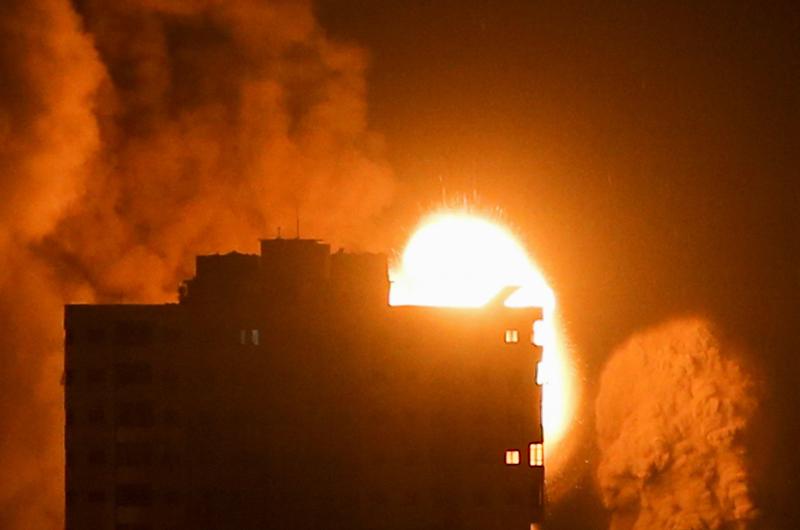 当地时间2021年5月17日,加沙地带,当地遭以色列空袭,现场火光冲天。