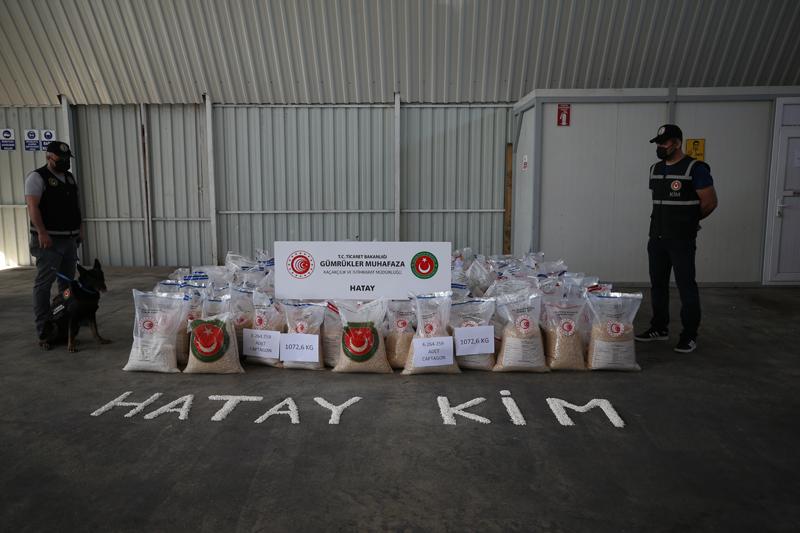 当地时间2021年5月17日,土耳其哈塔伊,海关工作人员在搜查中缴获了总计超过1000公斤的620万粒毒品。