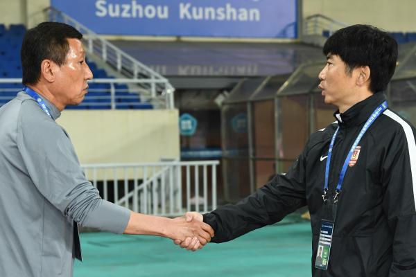 崔康熙与亚泰主帅陈洋握手。