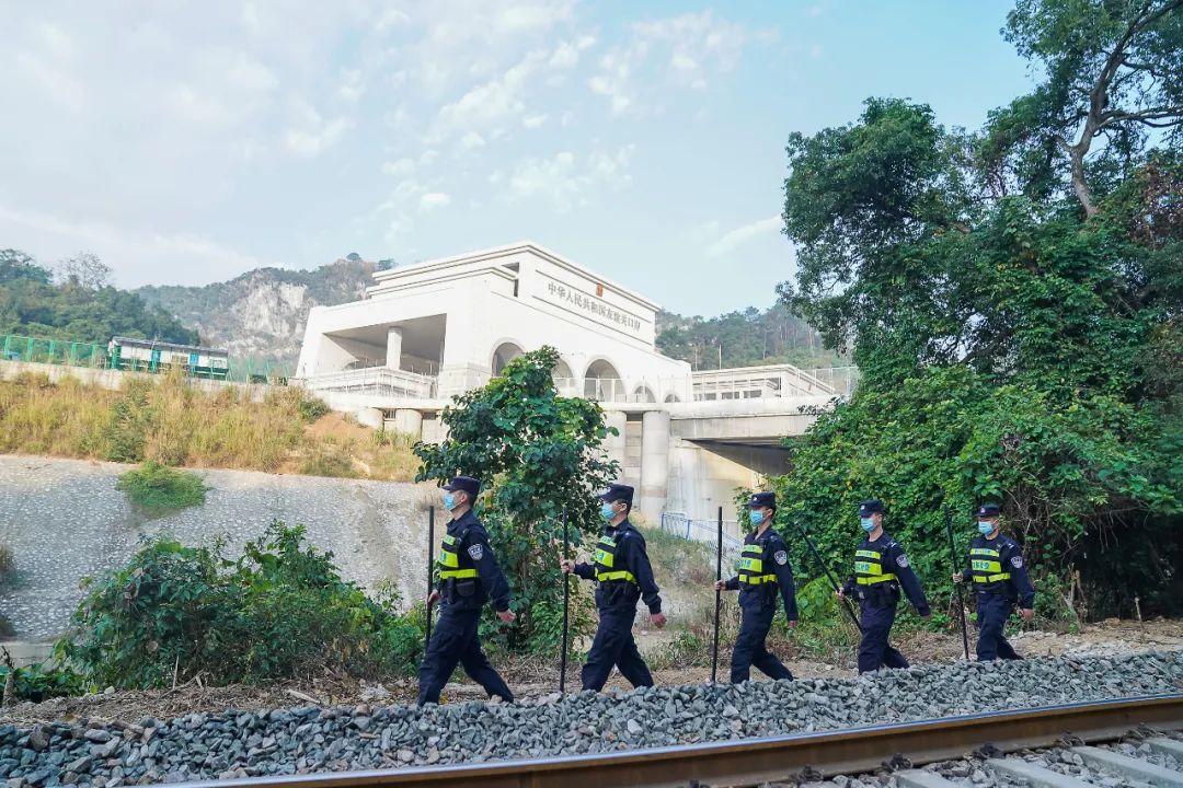 执勤民警巡查友谊关附近铁路线。 人民视觉 图