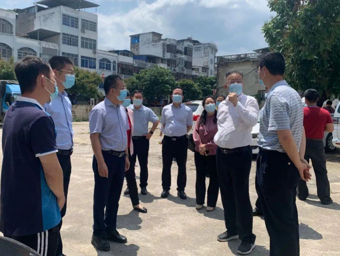 黄俊华(右二)到友谊关口岸指导疫情防控。 凭祥市政府网站 图