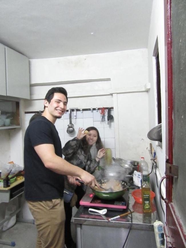 美国学生在定海桥互助社做饭。照片由Julie Chun 提供