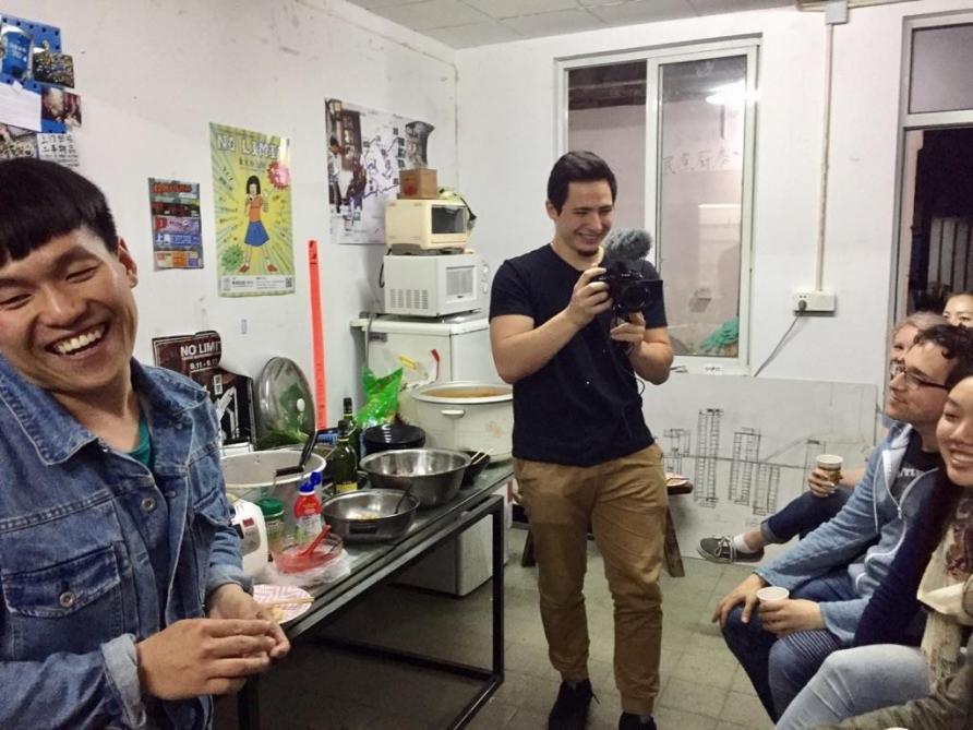 中国和美国年轻人在定海桥互助社共餐和交流。照片由Julie Chun 提供