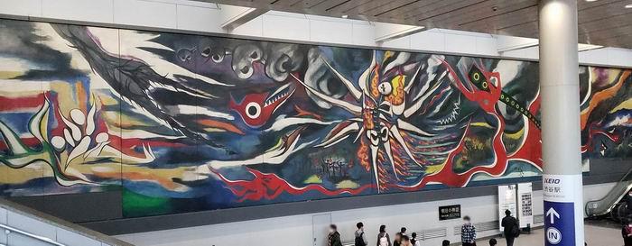 """另一个具有代表性的公共艺术:位于涩谷站的冈本太郎作品《明日的神话》。该作品的日常维护由NGO""""《明日的神话》保全继承机构""""负责。而机构的运作则受到了志愿者和车站附近的公共社团及私有企业的资助。它可以算是公共艺术展示的一个范例。图片来自NGO官网:https://www.asunoshinwa.or.jp/asunoshinwa/"""