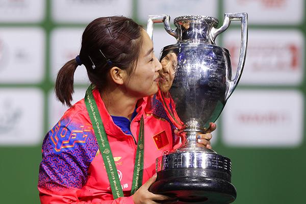 刘诗雯亲吻冠军奖杯。