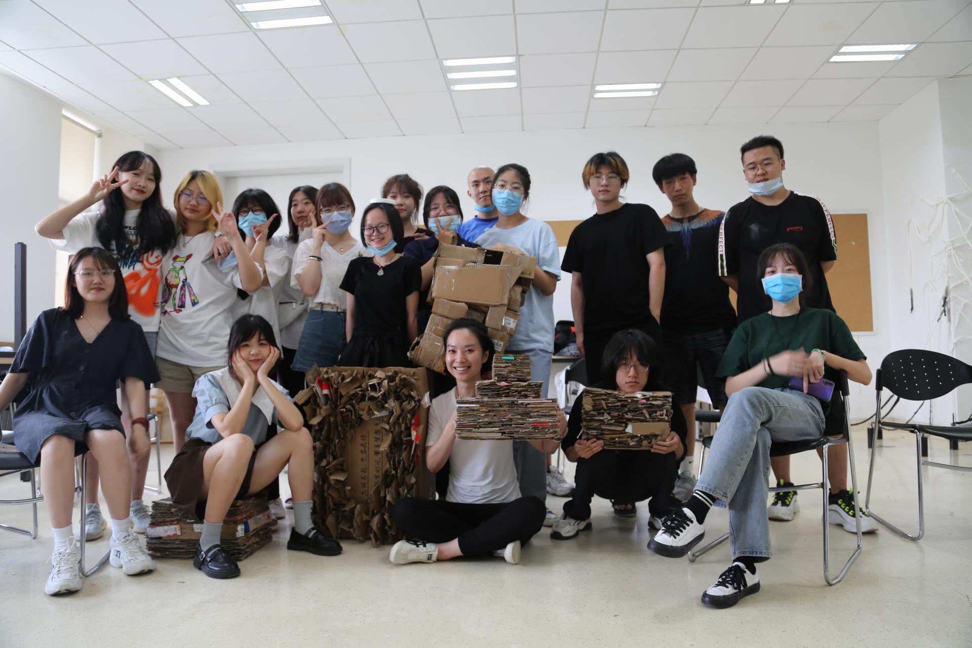 本文作者鲁潇和她的学生在课堂上的艺术探索