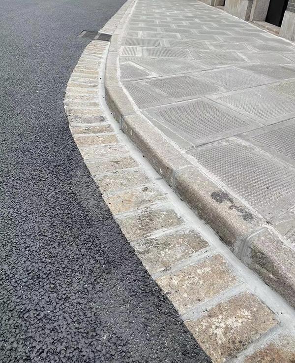 在兴业路黄陂南路交叉口,道路上特地保留了一段长约50米的老料侧平石。