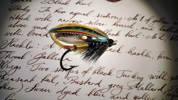 斯潘塞·塞姆绑制的飞蝇。图片出自《遇见天堂鸟:一段避不开的人类欲望史》。
