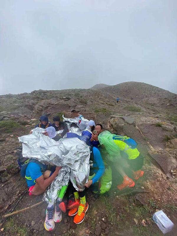 在山上受困的跑者们。网络图片