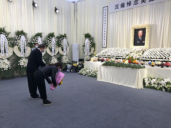 市民贺先生前来悼念吴孟超。澎湃新闻记者李佳蔚 摄