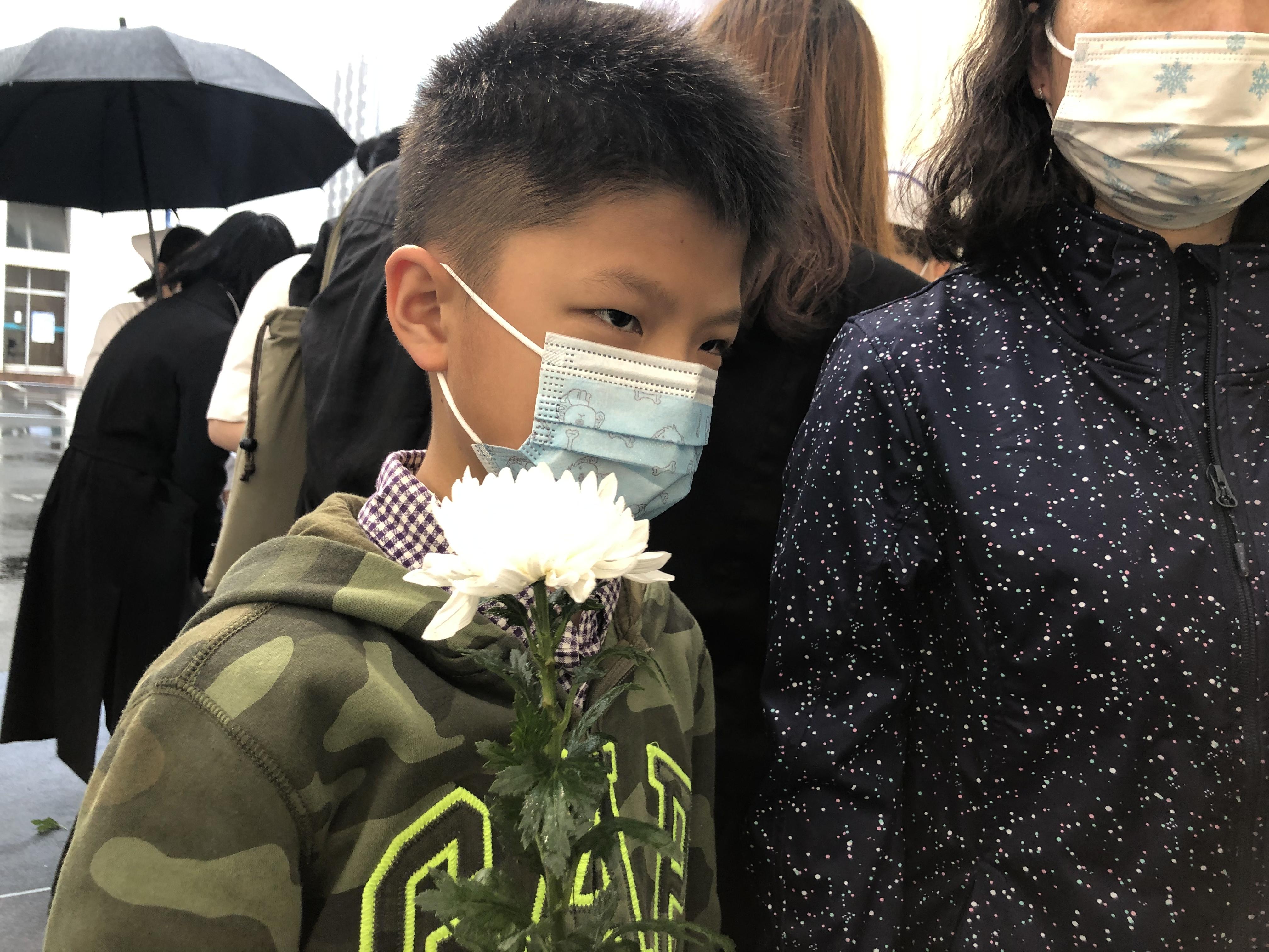 少先队员、10岁的小裴和父母前来悼念吴孟超。