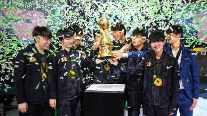 中国战队RNG时隔三年再度夺得英雄联盟季中冠军赛冠军