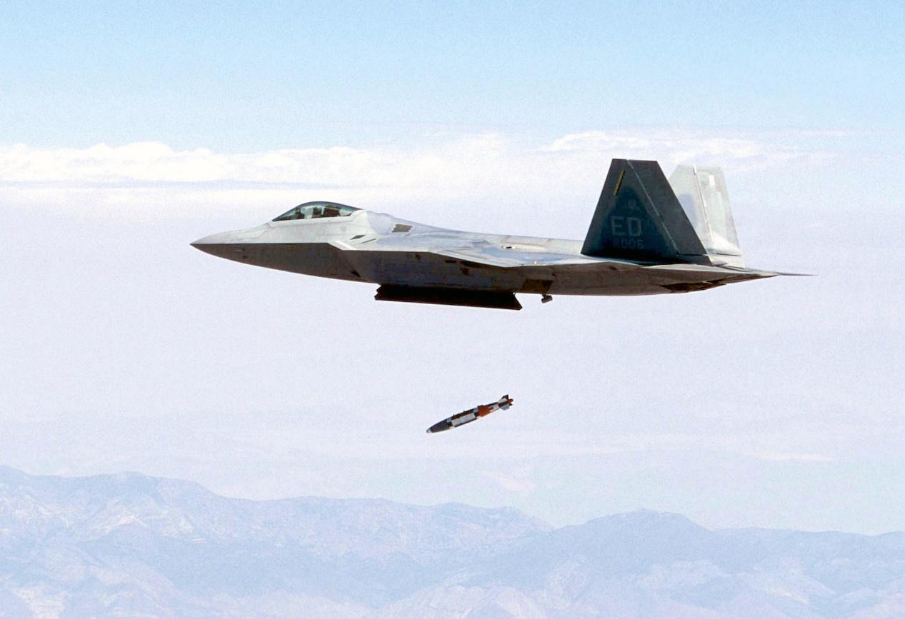通过升级,F-22A可以投掷制导炸弹。