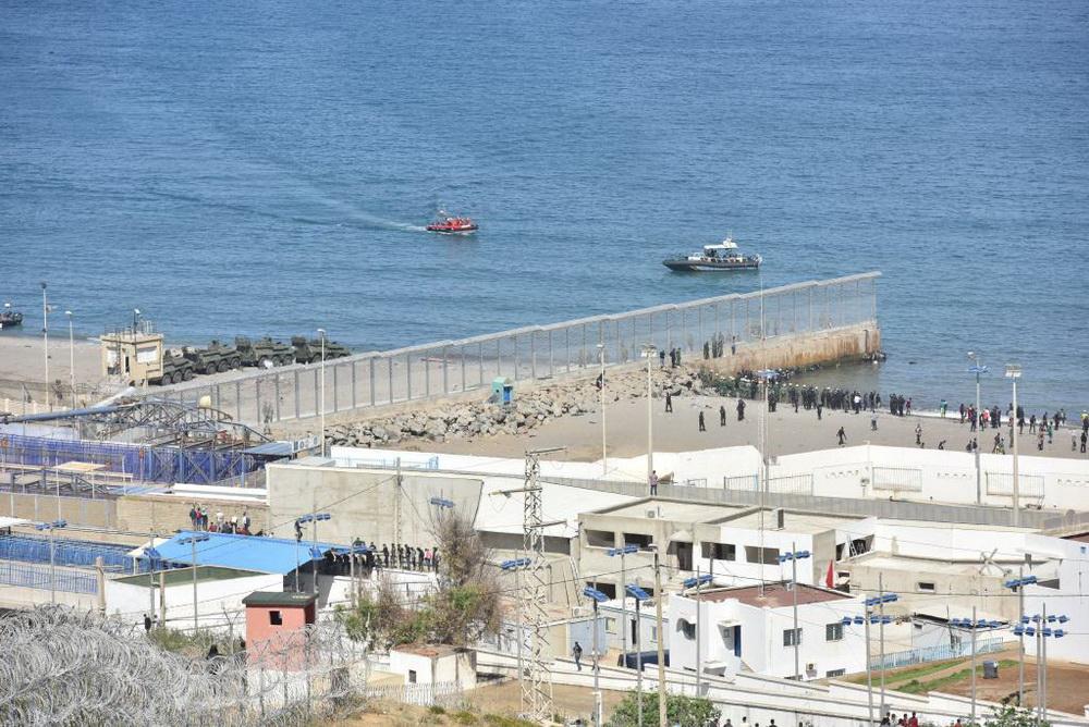 5月18日,人们聚集在摩洛哥与西班牙飞地休达的边界围栏附近。