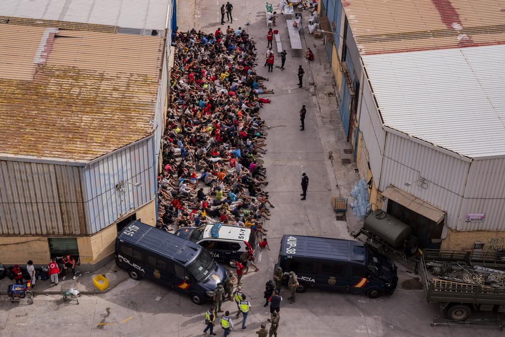 当地时间2021年5月19日,近日大批非法移民从摩洛哥通过翻越边境墙、游泳等方式,试图进入休达。