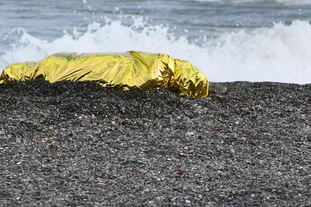 当地时间2021年5月20日,西班牙休达,海滩上躺着移民的遗体。
