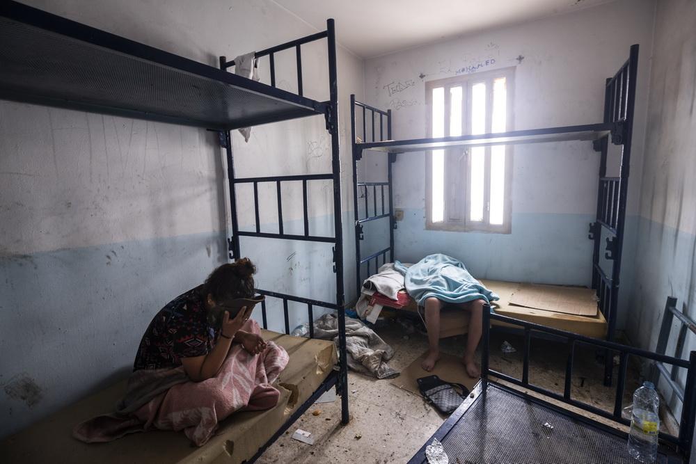 当地时间2021年5月20日,西班牙休达,移民儿童在废弃的建筑里休息。