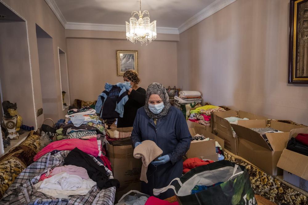 当地时间2021年5月20日,西班牙休达,当地居民为捐赠的衣服分类。这些衣服将分发给难民。