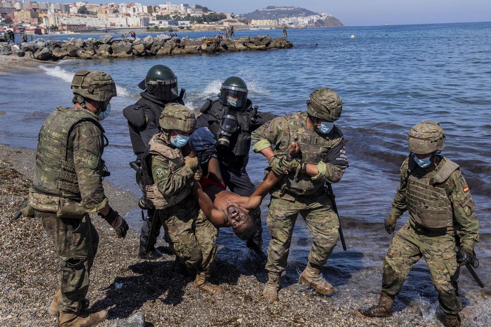 5月18日,西班牙休达,西班牙士兵正在驱逐一名偷渡者。
