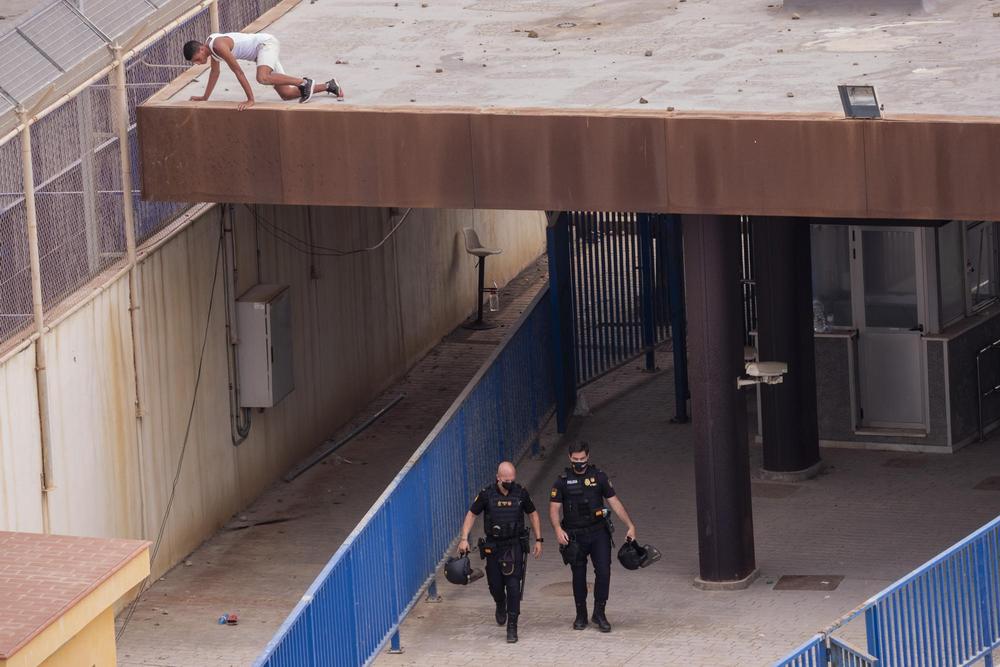 5月19日,一名进入休达的越境者藏身于一处建筑房顶上。