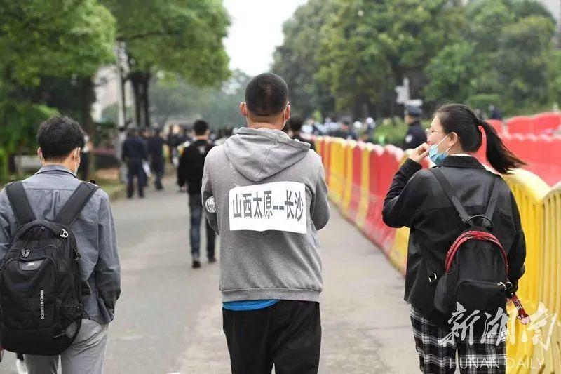 一名从山西太原的民众专程来到长沙明阳山殡仪馆为袁隆平院士送行。