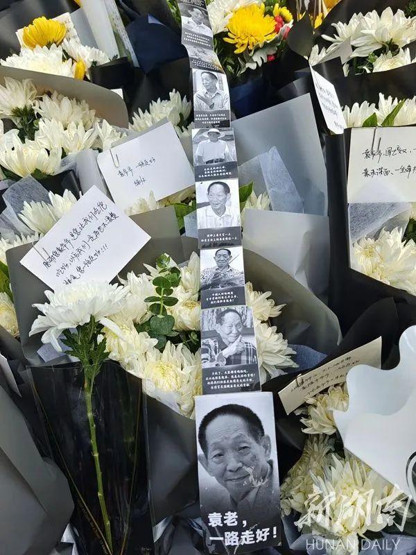 来吊唁送别的群众打印出袁隆平院士的图片,缅怀追思!