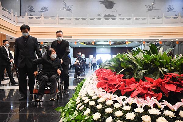 5月24日,袁隆平遗体送别仪式在湖南省长沙市明阳山殡仪馆举行。这是袁隆平的夫人邓则(中)在遗体送别仪式现场。新华社? 图