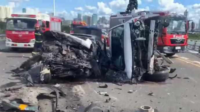 海南海口多车连环追尾致5车受损,受困人员已被成功救出