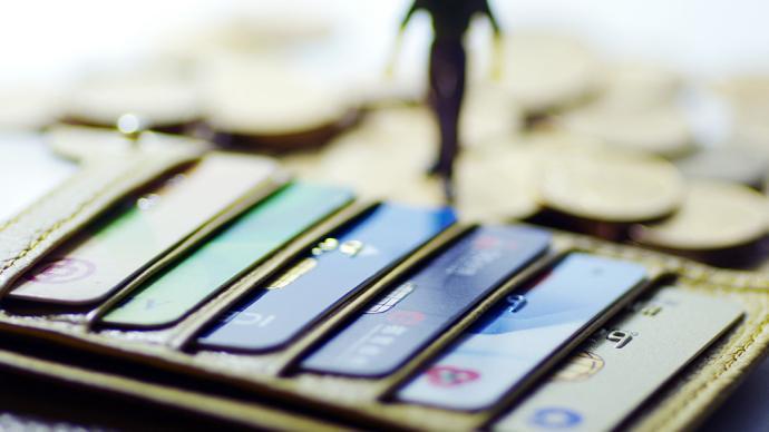 银行卡盗刷损失谁承担?最高法支持向发卡行索赔