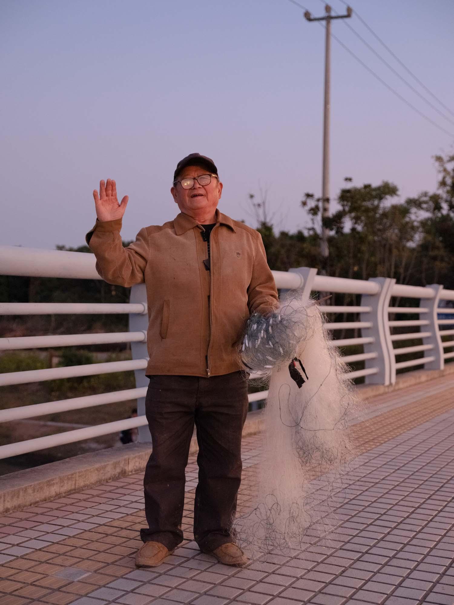 2019年11月,上海郊野公园,钓鱼的老人。澎湃新闻记者 周平浪 图