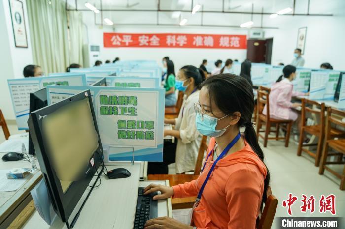 资料图:2020年7月16日,广西壮族自治区招生考试院举办高考评卷开放日活动。陈冠言 摄