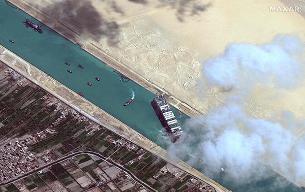 """当地时间2021年3月29日,埃及苏伊士,""""长赐号""""货轮脱困。人民视觉 资料图"""