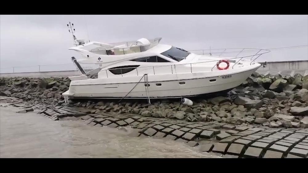 被发现搁浅在崇明区横沙岛北港防汛滩上的游艇。 本文图片市局供图