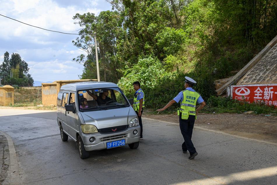 2021年5月30日,玉溪市红塔区提前实行交通临时管制,交警劝返过往车辆。