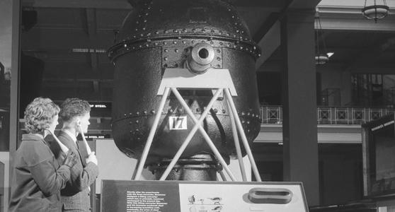 1960年,观众收听关于钢铁展览馆的解说。© Science Museum/Science & Society Picture Library