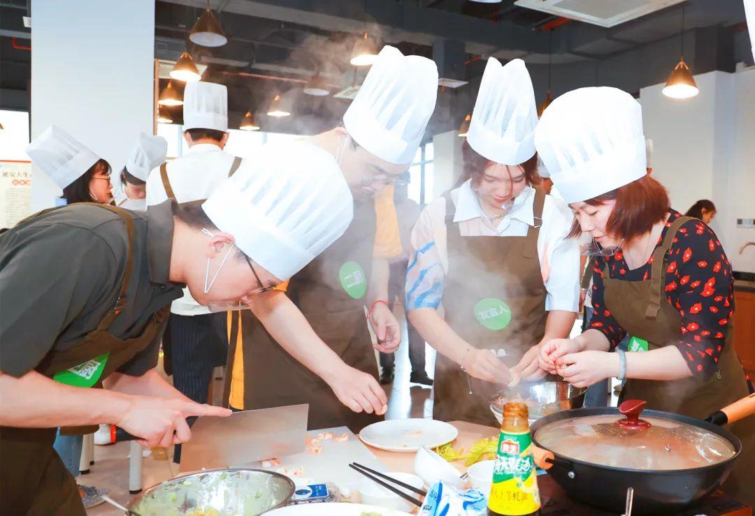 结业课学生做菜现场