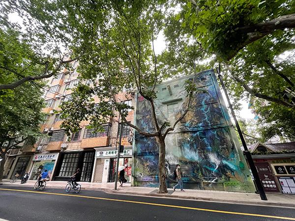 南昌路292弄变电站沿街墙面上,青年艺术家陈英杰的山水系列作品。