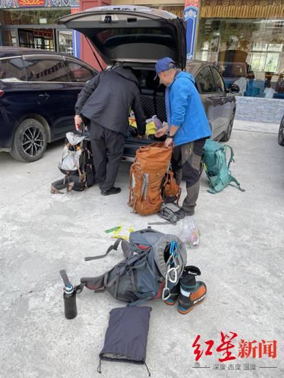 救援队出发前整理技术装备