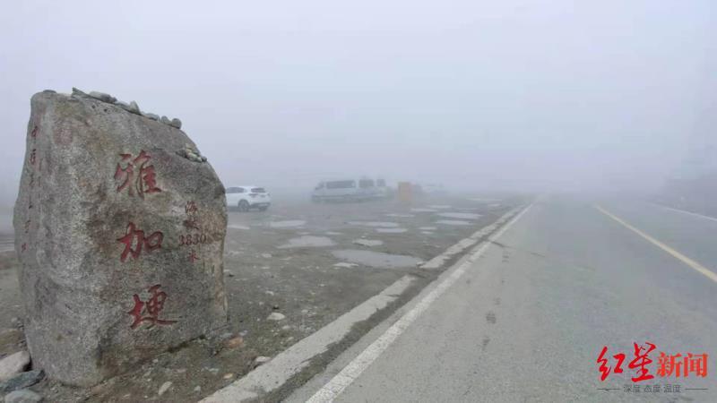5月25日,失联男子惠某停车的雅加埂顶峰平台大雾弥漫