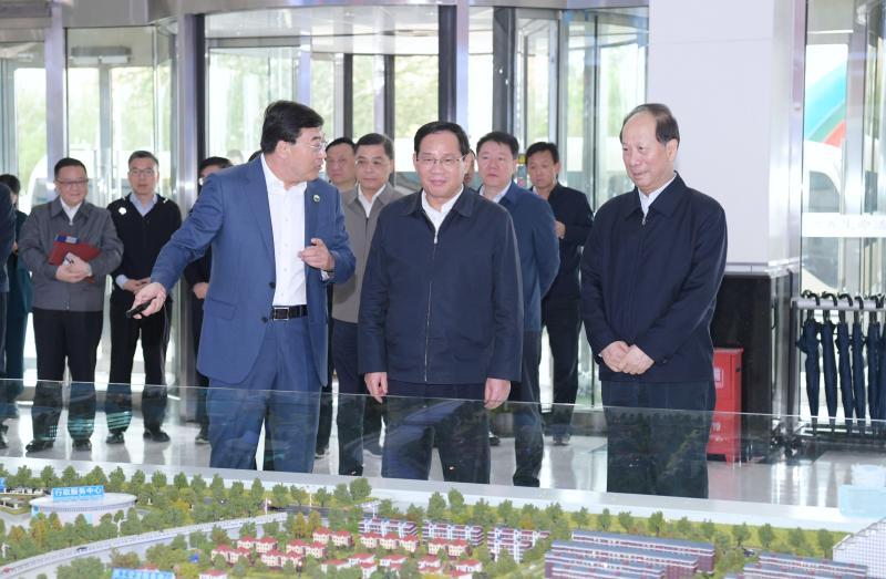 上海市代表团考察伊利集团。
