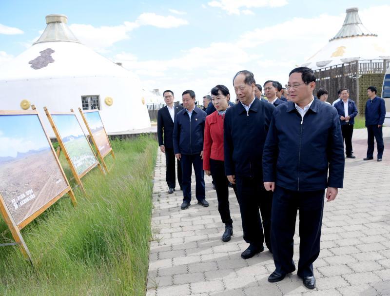 上海市代表团考察草原生态修复。